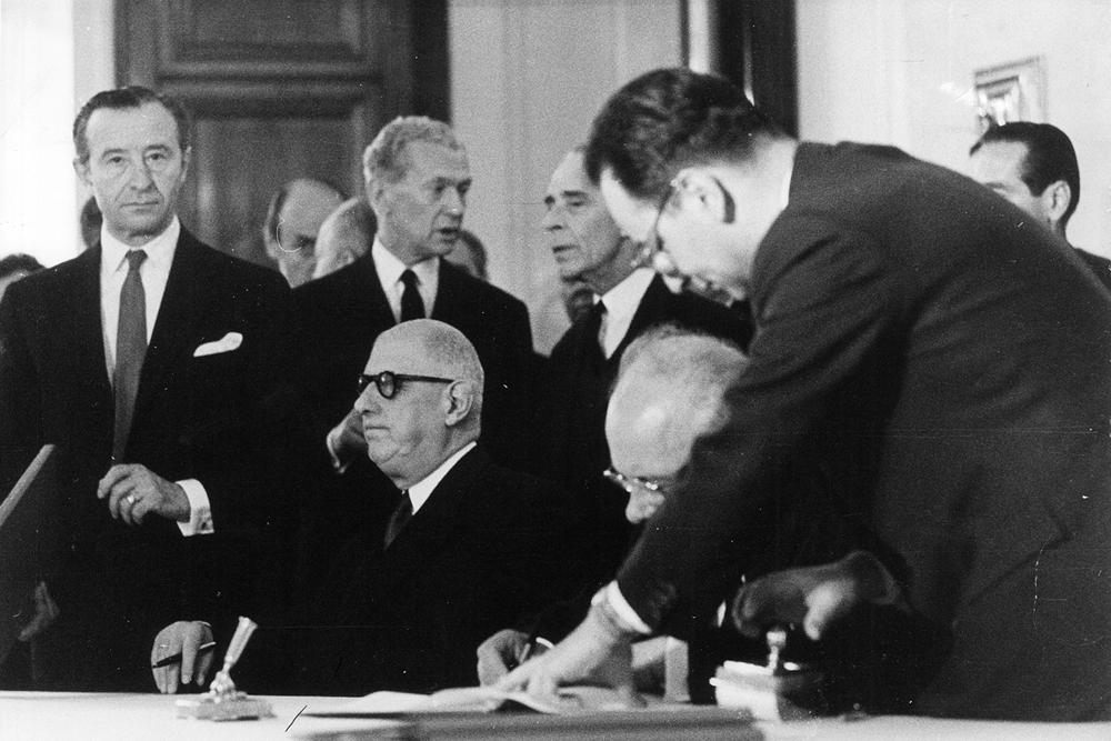 De Gaulle signe les accords franco-soviétiques de coopération en 1966