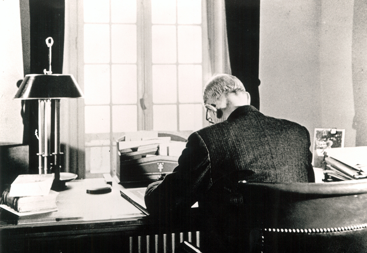 de gaulle dans son bureau de la boisserie 1954 fondation de gaulle. Black Bedroom Furniture Sets. Home Design Ideas