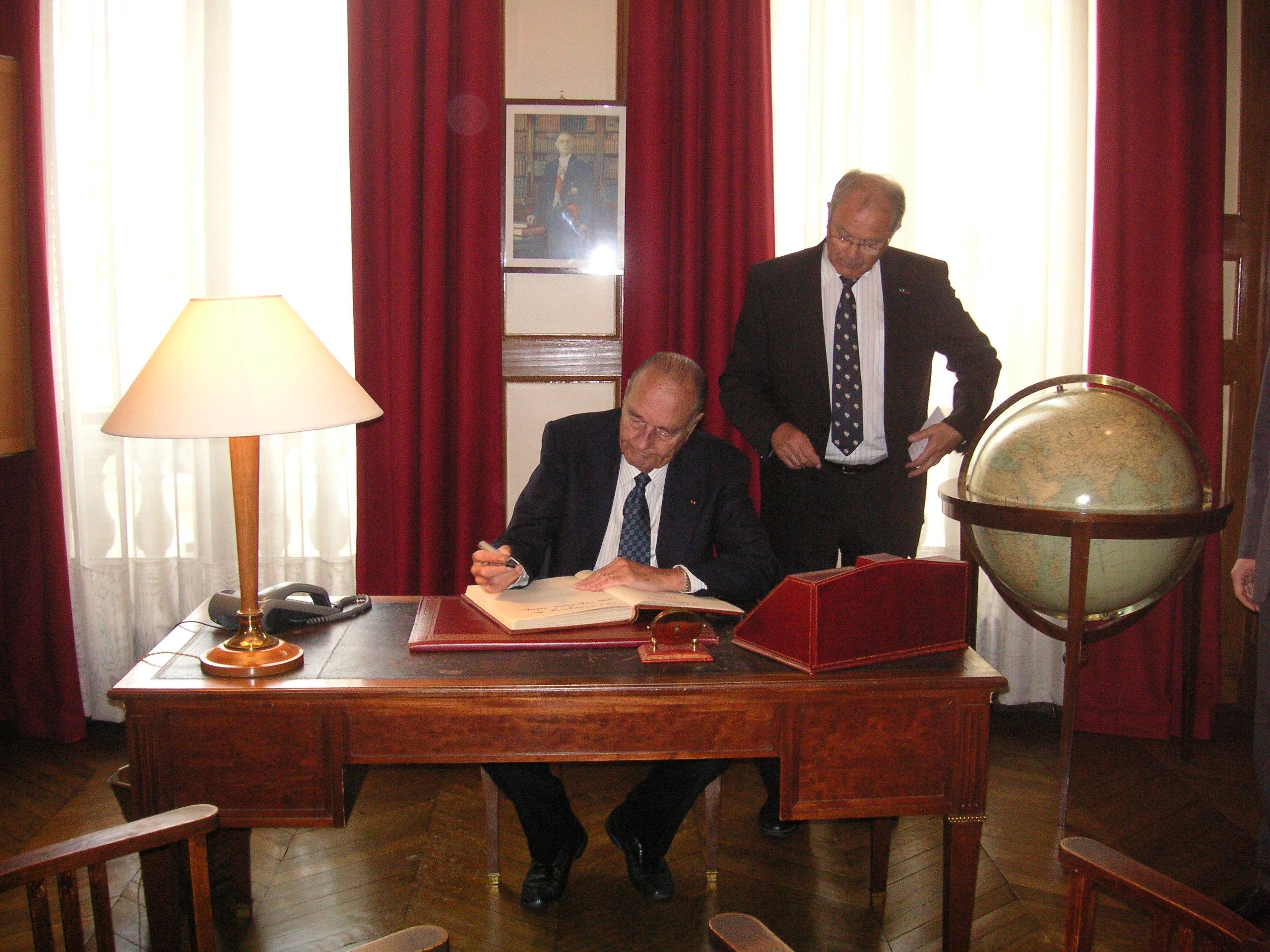 Visite privée de Jacques Chirac à la Fondation Charles de Gaulle, le 18 septembre 2012. Avec Jacques Godfrain, président.