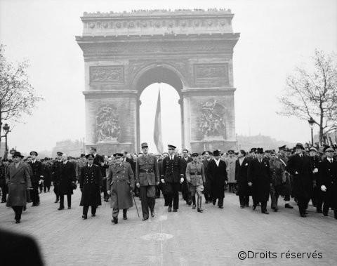 11/11/1945 : Cérémonie à la mémoire des victimes des deux guerres
