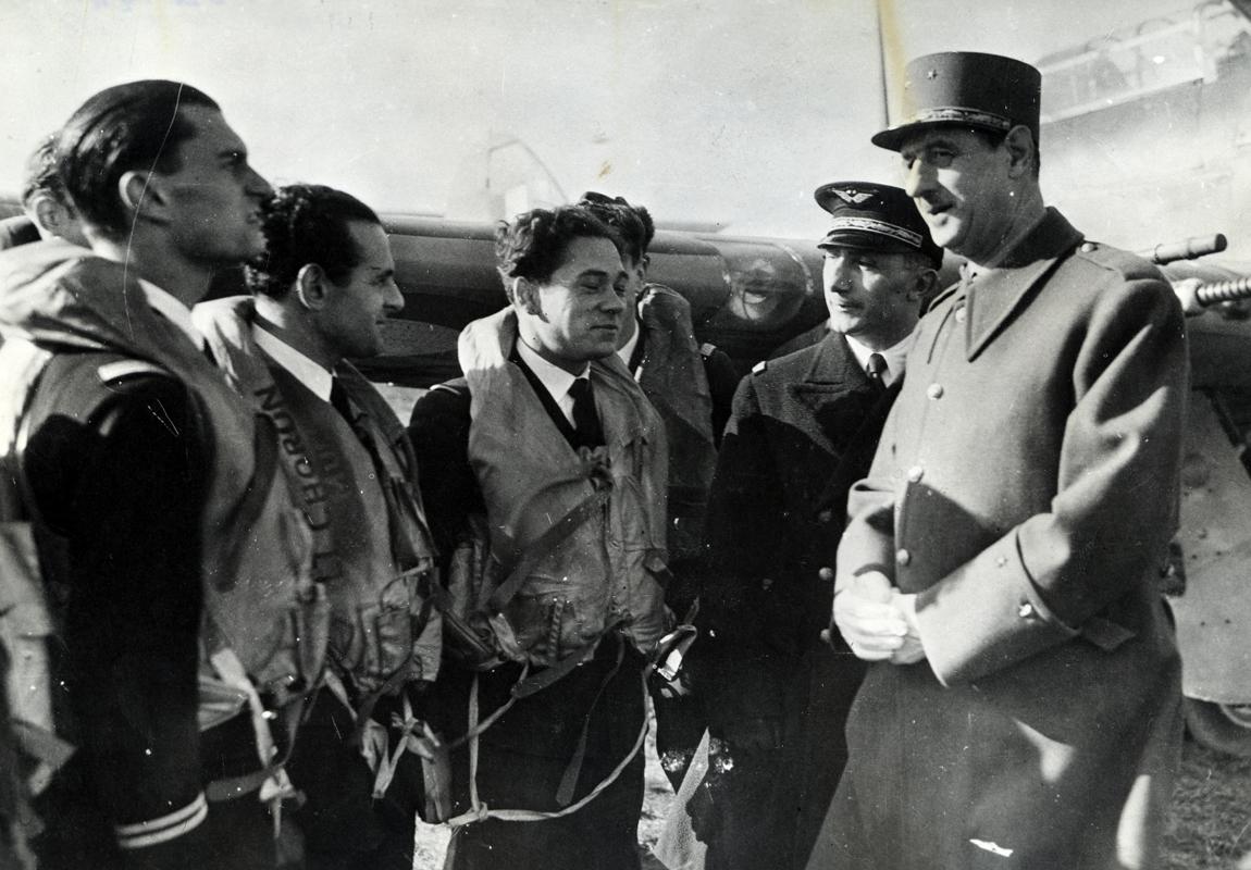 Le général de Gaulle avec les pilotes des Forces aériennes françaises libres à Manston (Grande-Bretagne), 29 octobre 1941