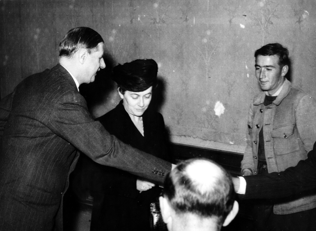 Yvonne de Gaulle votant aux élections de 1945