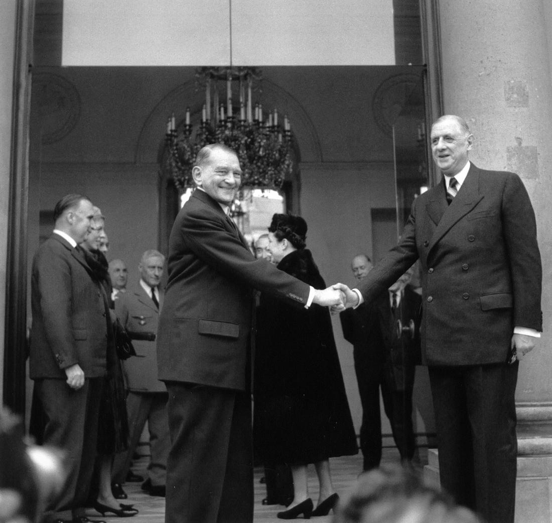 Le général de Gaulle et le président Coty à l'Elysée