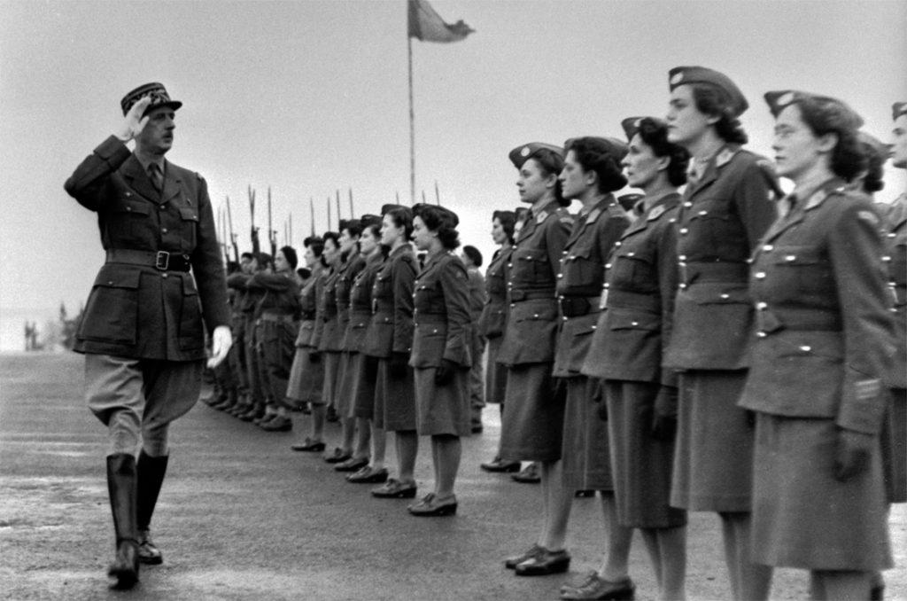 Le général de Gaulle passant en revue les Volontaires féminines des Forces Françaises Libres