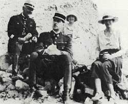 Le commandant de Gaulle et sa femme lors d'une excursion près de Beyrouth, Liban, 1929
