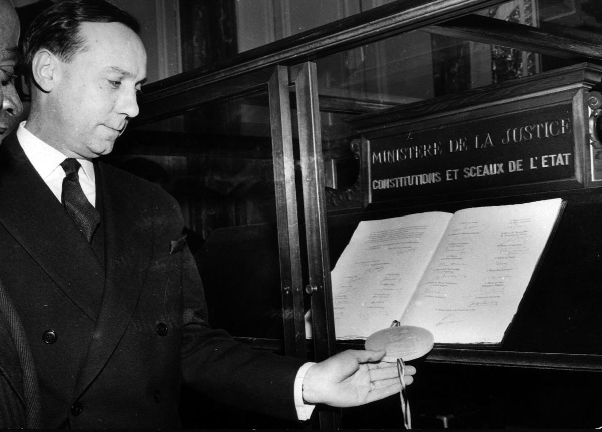 Michel Debré appose le sceau de l'Etat sur l'exemplaire original de la Constitution